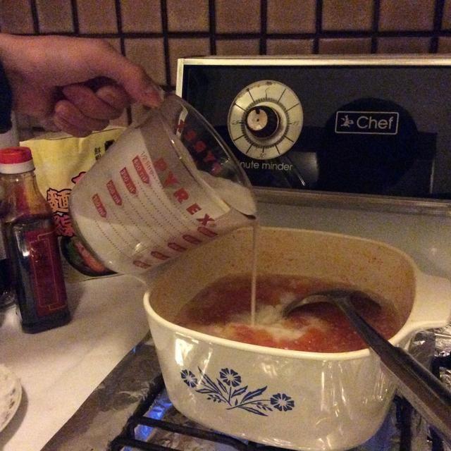 Medir 400 ml de leche de coco y añadir a la sopa dulce. Revuelva para garantizar que la leche de coco se mezcla todo bien.