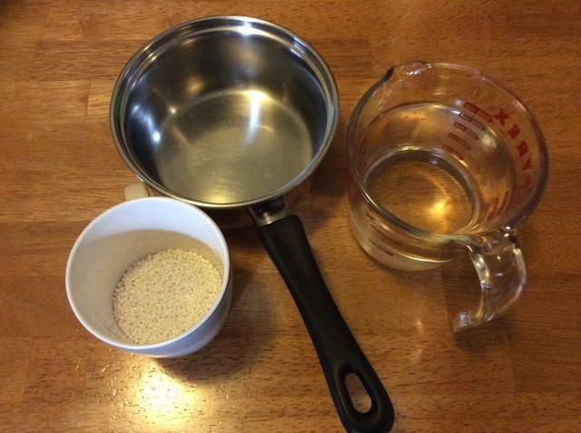Mida la mitad de una taza de tapioca y 1 litro de agua, y se vierte en la cazuela. Asegúrese de que la olla está limpio!