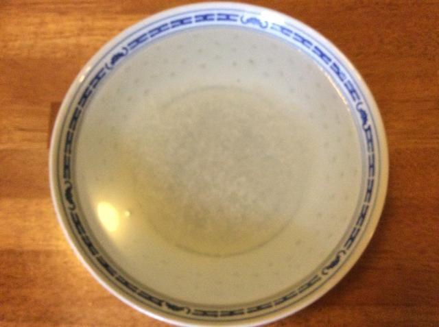 Después de hervir, escurrir tapioca con el colador y raspar las perlas en un tazón. Cubrir con 1 litro de agua y tomar durante 2 horas (remojo durante más tiempo se recomienda si usted quiere que su tapioca más suave).