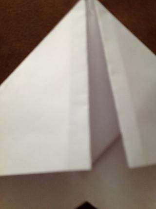 Dobla las esquinas de nuevo similar a lo que hizo en el paso 18, doblar cada esquina hacia el centro hasta el punto en los bordes interiores son incluso con el pliegue central.