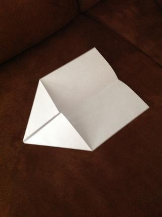 En un extremo del papel, doblar cada esquina hacia el centro hasta el punto donde los bordes interiores son incluso con el pliegue central.