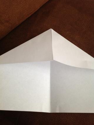 En un lado del papel, doblar cada esquina hacia el centro hasta el punto donde los bordes interiores son incluso con el pliegue central.