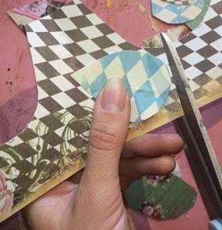 De mis sobras, me corté la mano 12 pequeñas plumas e hice el mismo proceso de arrugar y angustiante ellos.