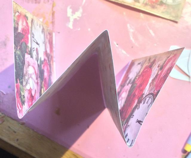 Para hacer que un gran número de plumas a la vez, doblar su estilo acordeón de papel.