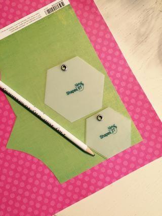 Trace la parte inferior de la magdalena en una pieza sólida o patrón de papel.