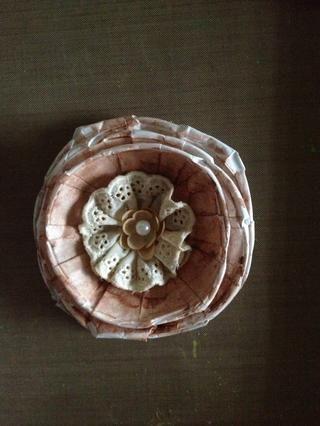 Una flor de tela para el centro.