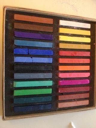 Usted puede encontrar palos pastel baratas en las tiendas de hobby o utilizar pintura de acuarela.