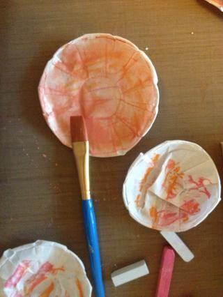 Active el pastel con agua hasta conseguir el color correcto.
