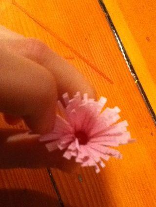 Use sus dedos para pelar cuidadosamente el borde hacia abajo y lejos del centro.