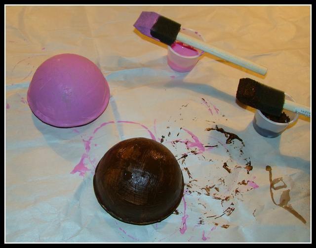 Pinté una rosada tapa para un helado de fresa y el otro marrón para ..... por supuesto chocolate. Deje que se seque por completo.