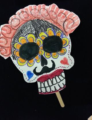 Bueno, por lo que todos sabemos Frida tenía un poco de bigote ... pero este estudiante eligió REALMENTE enfatizarlo! Añadió una corona de rosas, pétalos de caléndula alrededor de los ojos, y una gran sonrisa labios pintados de color rojo!