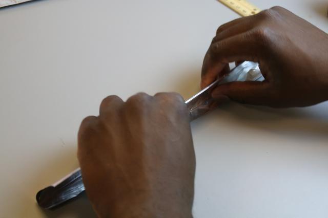 Dobla un pedazo cuidadosamente y plana por lo que es de 2 pulgadas de ancho.