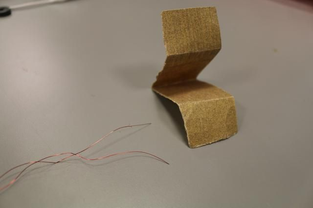 Sand ambos extremos (alrededor de 1,5 pulgadas) del alambre para eliminar el revestimiento protector.