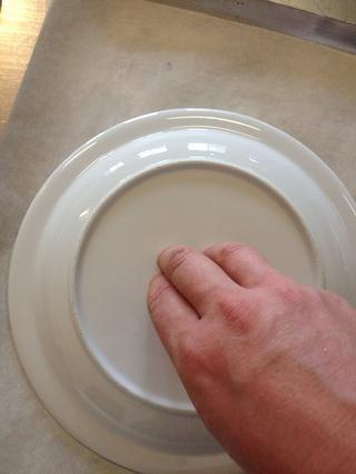 Dibuja un círculo de 18 cm alrededor de una placa