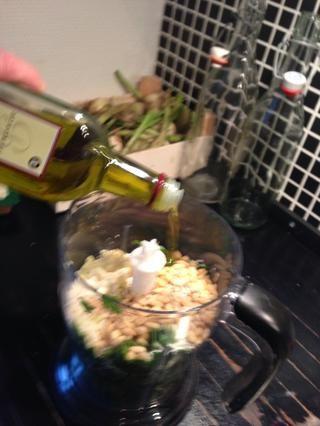 Añadir el aceite de oliva (lo suficiente como para ser capaz de picar los estropeaban)