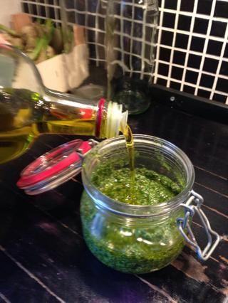 Limpiar un vaso y añadir el pesto - recuerde agregar una pequeña capa de aceite de oliva en la parte superior antes de cerrar el vaso