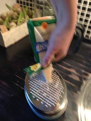 Comprar parmesano rallado o conseguir el mejor resultado al hacerlo usted mismo