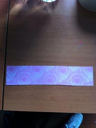 Cortar la cartulina en 20 cm por 4,5 cm de tira