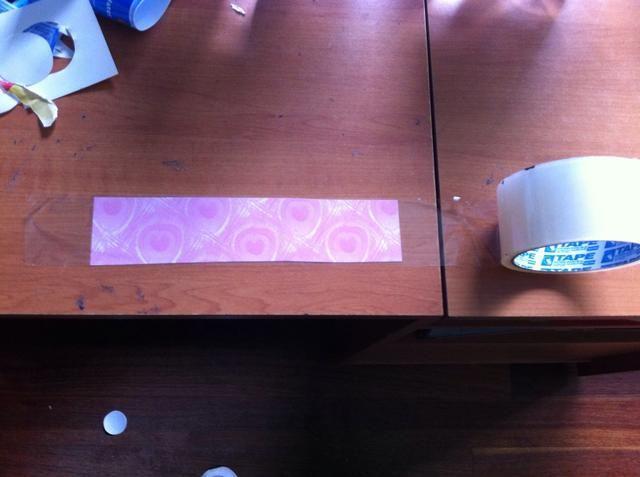 Consiga su cinta transparente y cubrirá su tira dejando algo extra en cada lado