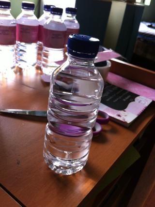 Obtenga su botella de agua y tomar la etiqueta antigua apagado.