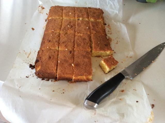 Después de la cocción de la primera mezcla de recortar los lados de la torta. Cortar en 16 incluso cuadrados. Cuidadosamente recortar las costras de la parte superior e inferior de cada cuadrado