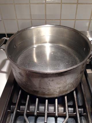 Alrededor de ahora, usted debe conseguir una olla grande de agua que va. Espagueti tarda 12 minutos