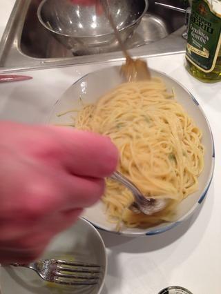 Ponga la cacerola tocino de nuevo en el calor para que se caliente. Mezcle la pasta.