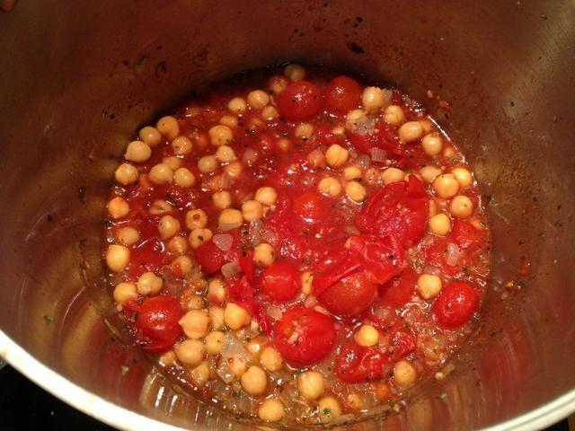 Añadir 14 onzas de tomates, 3 tazas de verduras de valores y medio de sus garbanzos (15 oz) a su cebolla, el ajo y la base de hierbas. Llevar a fuego lento y se sazona con sal y pimienta al gusto.