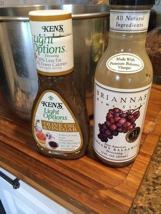 Utilice estos dos aderezos, son el aceite de oliva y vinagre balsámico con base.