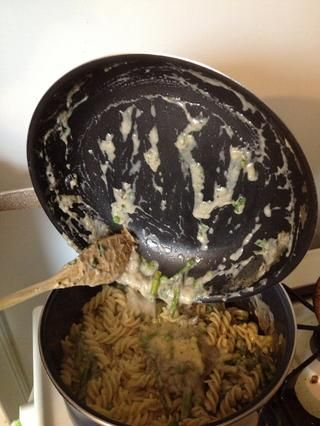 Vierta la salsa de gorgonzola sobre la pasta y revuelva suavemente.