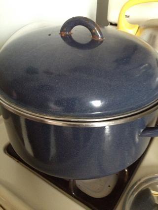 Mientras tanto poner una olla de agua a hervir para la pasta. Cubierta, que llegará a un hervor rápido. Asegúrese de añadir un par de pizcas de sal y un poco de aceite de oliva al agua para darle más sabor.
