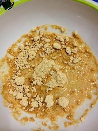 En un tazón pequeño mezcle el PB2 con agua hasta obtener la consistencia de mantequilla de maní.
