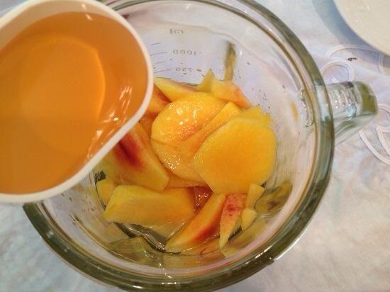 Deseche la piel y fosas y transferir los melocotones en una licuadora. Agregue el agua, el jugo de manzana, la miel, la ralladura de limón y el jugo, sal y pimienta.