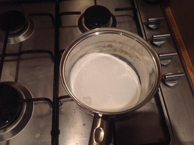 Ahora coloque los 150 gramos de azúcar en polvo en una cacerola a fuego lento y se funden lentamente en un caramelo suave