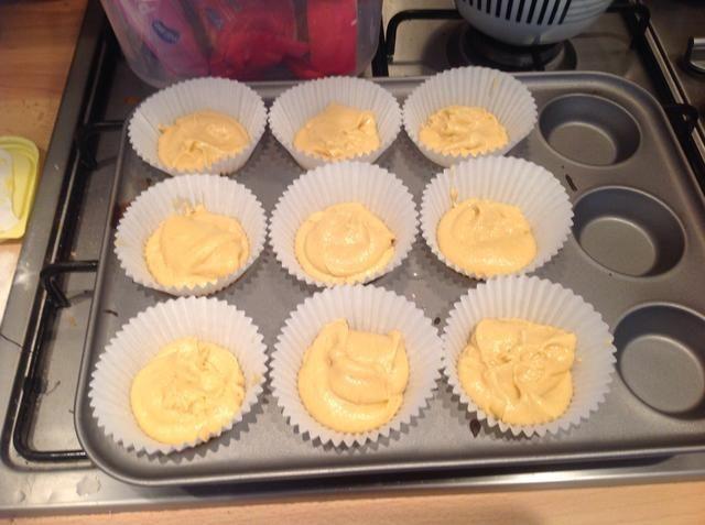 Rellena sus cajas de la magdalena por medio de la mezcla en una bandeja de hornear magdalena, utilicé casos bastante grandes, pero esta mezcla llenaré fácilmente 12-16 casos pequeñas