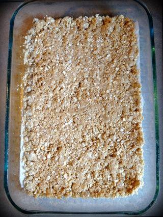 Presione la mitad de la mezcla de avena en la sartén.