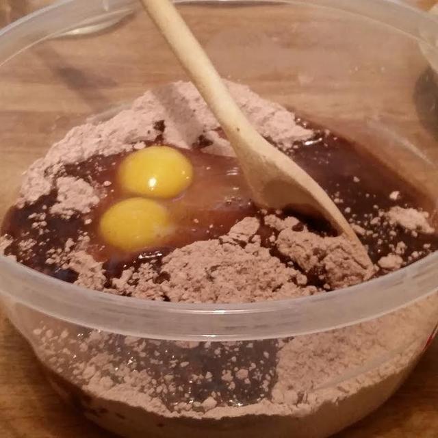 hacer la mezcla para brownie según la receta. esta receta incluye un par de cucharadas de agua, 2 huevos, y cerca de 3/4 taza de aceite vegetal
