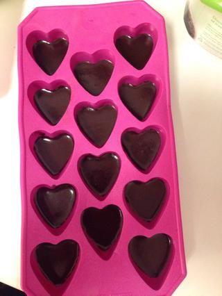 Vierta el chocolate uniformemente en el molde y colocar en el congelador hasta que esté ligeramente firme.
