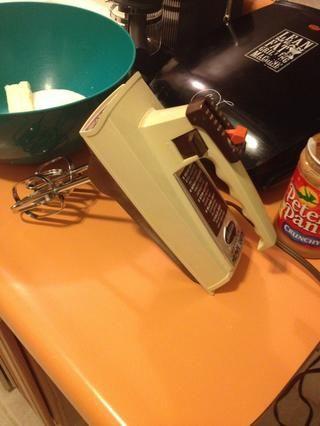 Puede utilizar un mezclador de sobremesa. Me gusta mi batidora de mano de edad. Toma una mano'n and keeps on tick'n.
