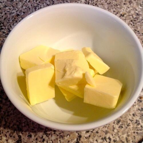Derretir la mantequilla en el microondas por lo que es completamente líquido.
