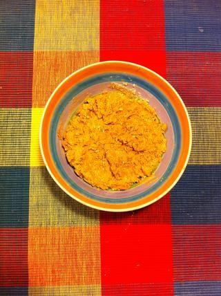 Mezclar la mantequilla de maní, avena mezclados, la miel y la vainilla en un tazón.