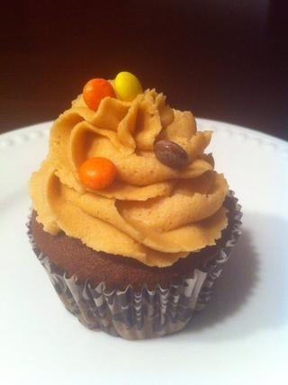 Frost y superior con sus ingredientes favoritos. Mi marido le encanta la mantequilla de maní. Él se volvió loco sobre Reese's Peanut Butter Cupcakes!