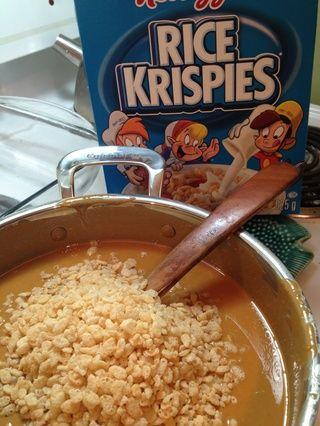 Una vez que la mezcla se haya enfriado a tibia, agregue Rice Krispies.