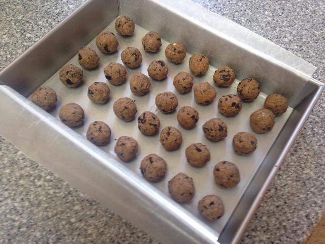 Coloque las bolas de trufa en el congelador durante 90 minutos para concretar.