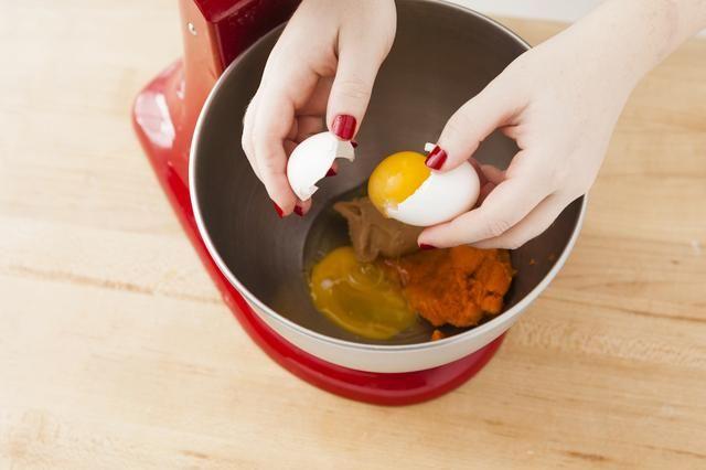 Añada sus dos huevos. Batir a medio-alto hasta que esté bien combinado. Nos tomó cerca de un minuto.