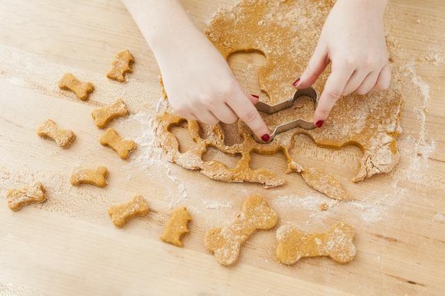 Usando sus cortadores de galletas favoritas, cortar las formas. Utilizamos doggy temática cortador de galletas y cortamos los huesos de perro y bocas de incendio.