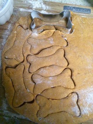 Ahora cortar en sus formas favoritas! Asegúrese de harina cortadores de galletas sobre la marcha.