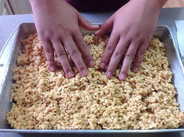 Presione hacia abajo con los dedos untados con mantequilla hasta plana.