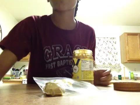 Ayuda a utilizar la parte posterior de la cuchara para empujar en la mantequilla de maní.