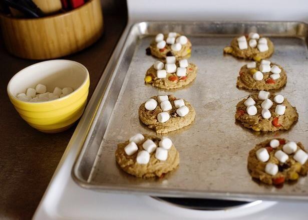 Pulse mini malvaviscos en las galletas y puestos de nuevo en el horno durante 2 a 3 minutos más.